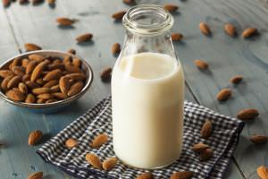 Mandelmjölk i glasflaska