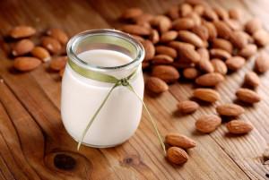 Mandelmjölk i bägare